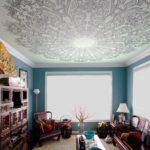 Натяжной потолок в зале с рисунком