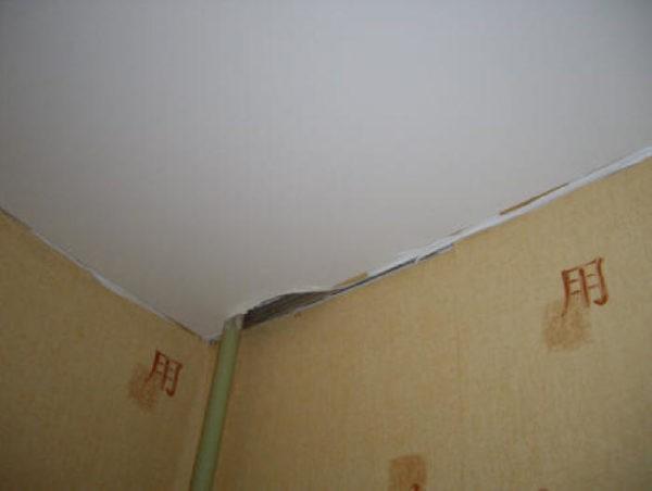 Плохо установленные натяжные потолки